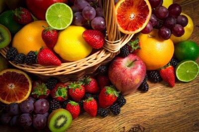 Poster Mix von frischem Obst auf Korb bascket