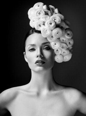 Poster Mode-Modell mit großen Frisur und Blumen im Haar.