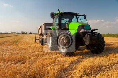 Poster Moderne grüne Traktor auf landwirtschaftlichen Bereich während der Ernte auf sonnigen Sommertag