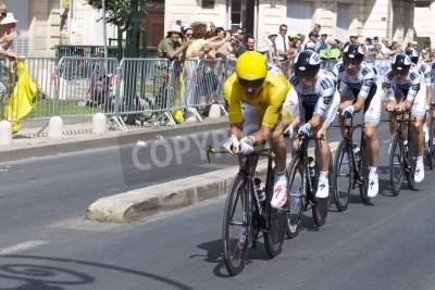Poster Montpellier, Frankreich - 7. Juli: Team Saxobank nach vorne schiebt in Stufe 4 der Tour de France 2009 am 7. Juli 2009 in Montpellier, Frankreich
