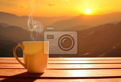 Poster Morgen Tasse Kaffee mit Berg-Hintergrund bei Sonnenaufgang