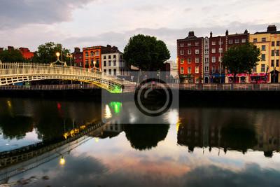 Morgenansicht von berühmter belichteter Ha Penny Bridge in Dublin, Irland