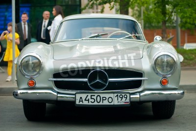 Poster Moskau - Mai 15: Silber vintage Mercedes auf Ausstellung im Mercedes-Benz Classic-Day 2010 massiv Oldtimer-Rallye, Moskau, Russland, am 15. Mai 2010