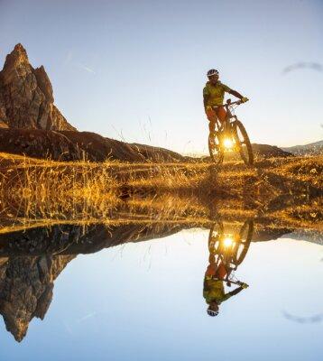 Poster Mountainbiker auf dem See