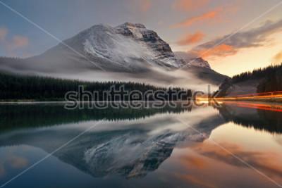 Poster Mountainsee und Ampelspur mit Reflexion und Nebel bei Sonnenuntergang in Banff National Park, Kanada.