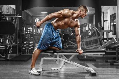 Poster Muscular Mann Ausarbeitung in der Turnhalle Übungen mit Hanteln an Trizeps, starke männliche nackte Torso abs