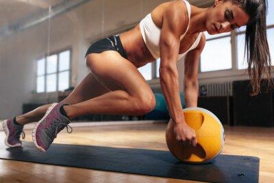 Poster Muskulöse Frau, die intensive Kern Training in der Gymnastik