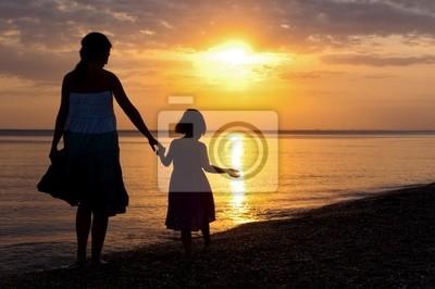 Mutter und Kind auf Sonnenuntergang Strand