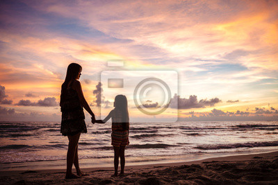 Mutter und Kind Silhouetten auf sunset beach