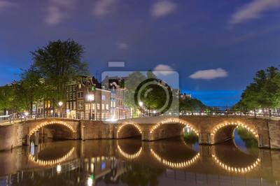 Nacht Blick auf Brücken und Kanäle in Amsterdam, Niederlande