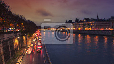 Nachtansicht der Conciergerie, Paris, Frankreich. Seine, Autos