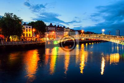 Nachtansicht von berühmter belichteter Ha Penny Bridge in Dublin, Irland