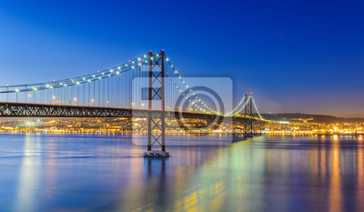 Nachtansicht von Lissabon und der Ponte 25 de Abril, Portugal