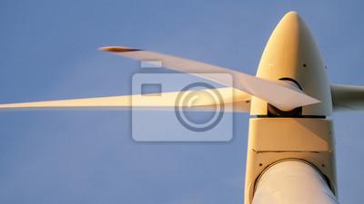Nahaufnahme einer windkraftanlage von unten mit der abendsonne ...