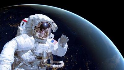 Poster Nahaufnahme eines Astronauten im Weltraum, Erde bei Nacht im Hintergrund. Elemente dieses Bildes werden von der NASA eingerichtet