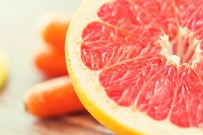 Poster Nahaufnahme von frischen saftigen Grapefruit-Scheibe auf dem Tisch