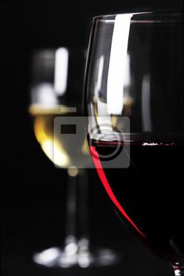 Nahaufnahme von Glas Rotwein und Weißwein Glas im Hintergrund
