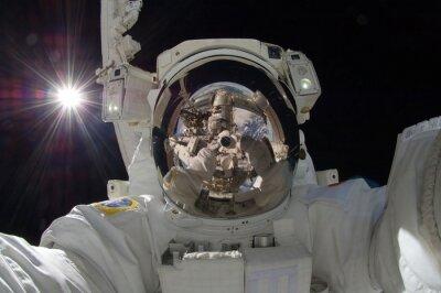 Poster Nahaufnahme von schwimmenden Astronaut mit einer Reflexion der Raumstation zeigen (einige Elemente mit freundlicher Genehmigung der NASA)