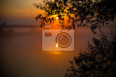nebligen Sonnenaufgang über dem See