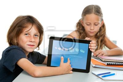 Netter Junge Schüler machen Mathe auf digitale Tablet.