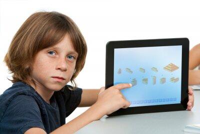 Netter Junge Studentin zeigt auf Tablette.