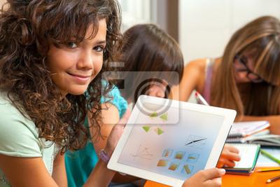 Nettes Mädchen zeigt Hausaufgaben auf Tablet.