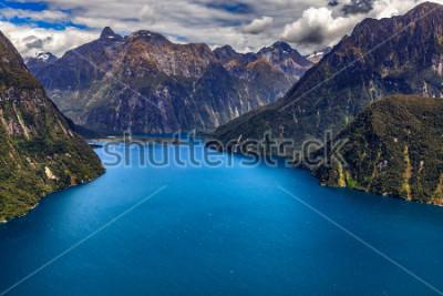 Poster Neuseeland. Milford Sound (Piopiotahi) von oben - der Kopf des Fjords, Milford Sound Airport im Hintergrund