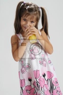 Niedliche Mädchen Trinken Orangensaft Wandposter Poster Orangensaft Zopf Kleiden Myloview De