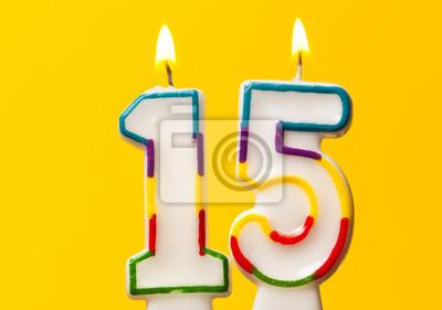 Poster Nummer 15 Geburtstagsfeier Kerze Gegen Einen Hellen Gelben Hintergrund