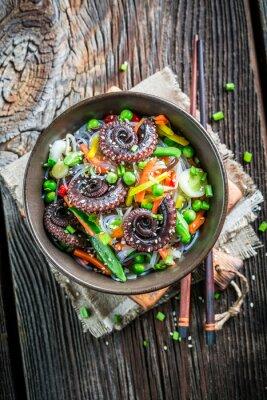 Poster Octopus serviert mit Gemüse und Nudeln