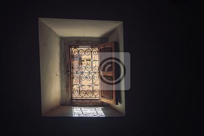 Offenes Fenster der Möglichkeiten in der Dunkelheit