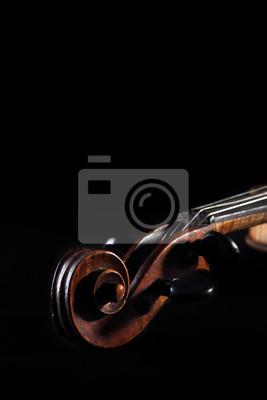 Old zerkratzt Violine Pflock ein und blättern auf dunklem Hintergrund