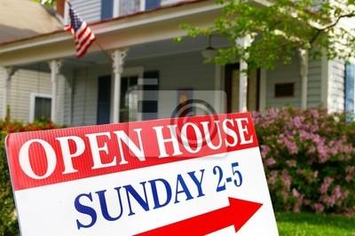 Open House Zeichen, wenn vor dem Haus zum Verkauf