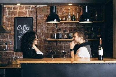 Poster Paar an der Bar mit zwei Gläser Wein
