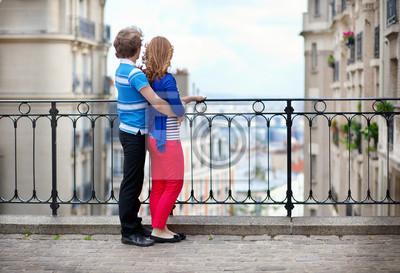 Paar der jungen Touristen auf Montmartre genießen die schöne vi