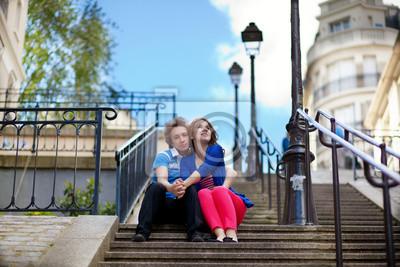 Paar der jungen Touristen auf Montmartre sitzen an der Treppe