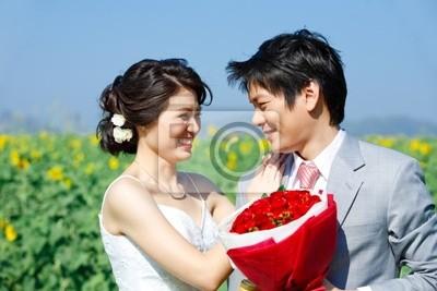 Paare auf Sonnenblumenfeld