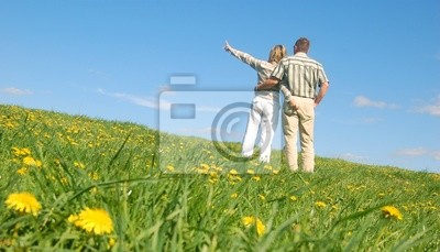 Paare in der Liebe auf der Wiese