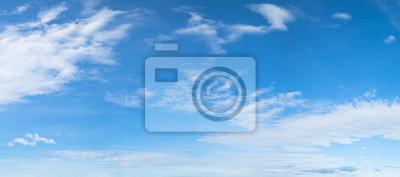 Poster Panorama der blauen Himmel Hintergrund mit weißen Wolken an einem sonnigen Tag