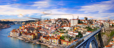 Panorama der wunderschönen Porto über Sonnenuntergang - Blick mit berühmten Brücke von Luis, Portugal