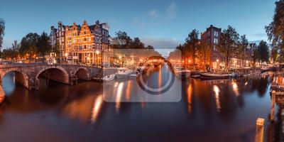 Panorama von Amsterdam Kanal, Brücke und typische Häuser, Boote und Fahrräder während der Abenddämmerung blaue Stunde, Holland, Niederlande. Gebrauchte toning