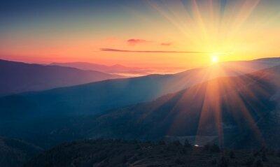Poster Panoramablick auf bunte Sonnenaufgang in den Bergen. Gefiltertes Bild: Kreuz verarbeitet Vintage-Effekt.