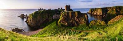 Poster Panoramablick auf Dunottar Castle bei Sonnenaufgang an der Ostküste von Schottland. Aberdeenshire, Großbritannien