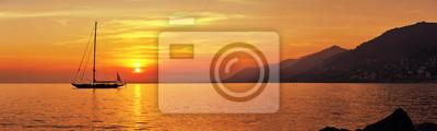 Poster Panoramablick auf Segeln bei Sonnenuntergang mit Bergen