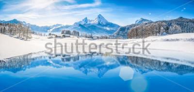 Poster Panoramablick der schönen weißen Wintermärchenlandlandschaft in den Alpen mit den schneebedeckten Gebirgsgipfeln, die im haarscharfen Gebirgssee an einem kalten sonnigen Tag mit blauem Himmel und Wolk