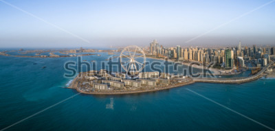 Poster Panoramische Vogelperspektive des Riesenrads auf Bluewaters-Insel in Dubai, UAE