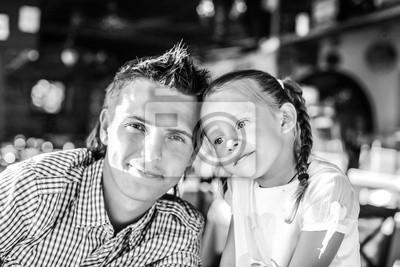 Papa mit seiner kleinen Tochter im Restaurant im Urlaub