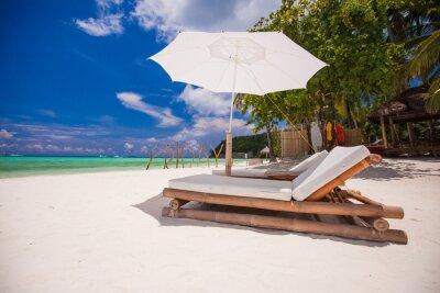 Paradise Blick auf schöne tropische leer Sandstrand plage mit Regenschirm
