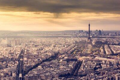 Poster Paris, Frankreich Skyline bei Sonnenuntergang. Eiffelturm im romantischen goldenen Licht