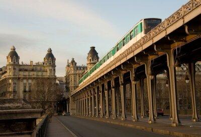 Pariser Metro-Zug auf der Brücke Bir-Hakeim